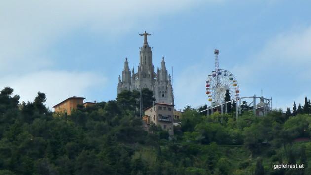 Blick zum Gipfel des Tibidabo mit dem Kloster Montserrat samt angeschlossenem Vergnügungspark
