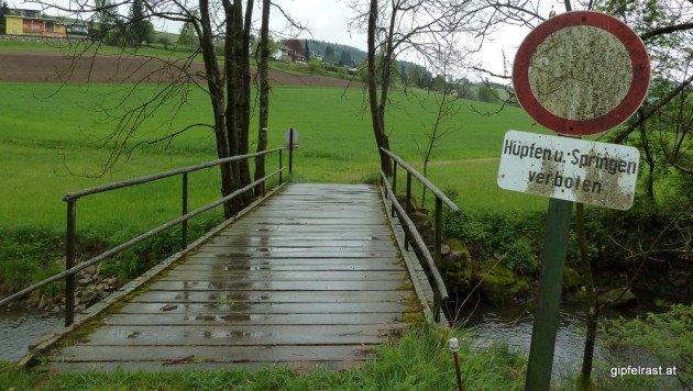 Die Verbote haben schon ihren Sinn, allzu stabil wirken die Holzplanken der Brücke nicht mehr...