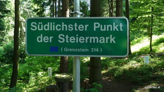 Im Hintergrund Grenzsteine 304 und 305.  Der echte Steirer-Südpol ist zehn Steine weiter.