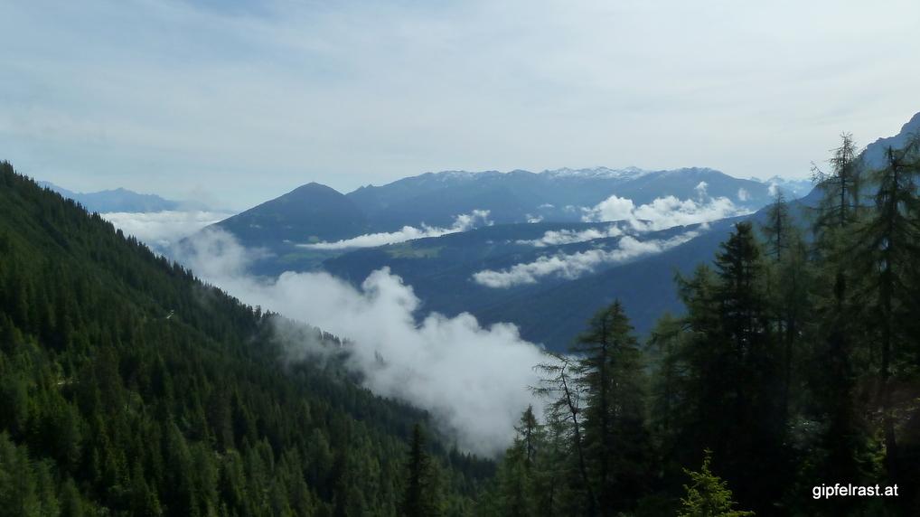 Im Tal hält sich noch der Nebel, links wäre Innsbruck mit dem Patscherkofel
