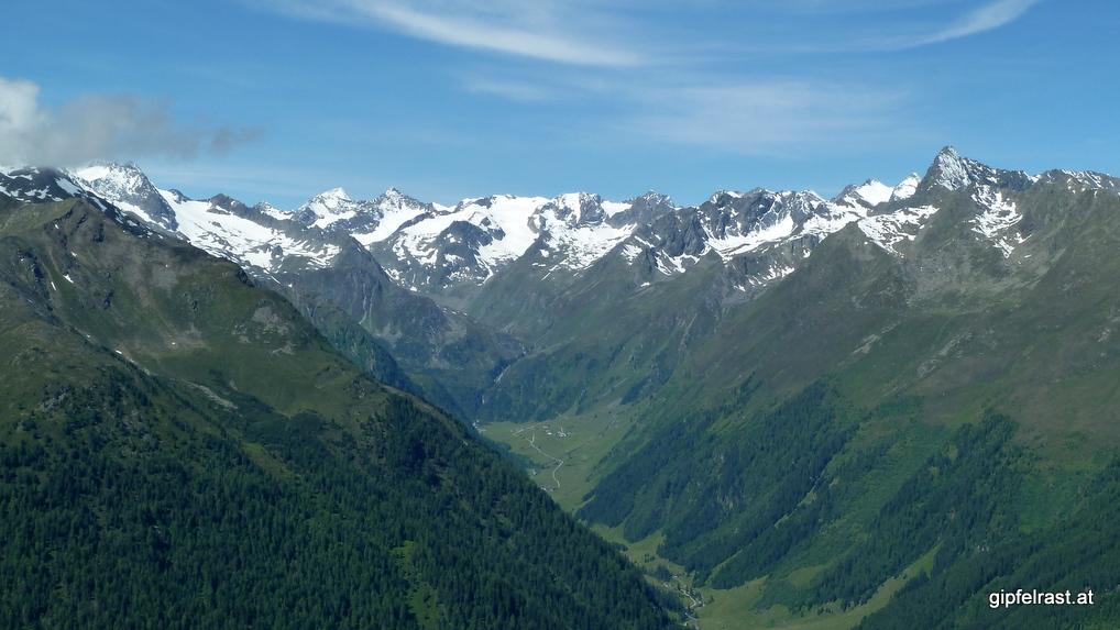 Blick ins Oberbergtal. Auf der Stufe nach dem Talschluss liegt die Franz-Senn-Hütte