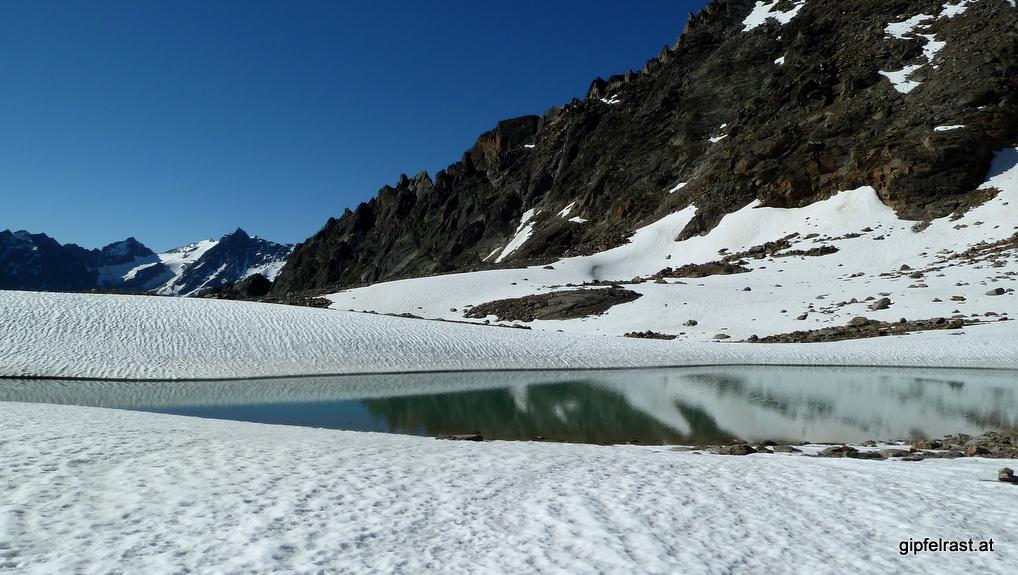 Schneefelder und Schmelzwasserseen