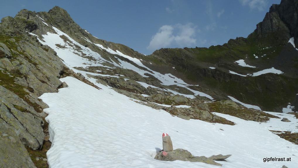 Das Horntaler Joch ist schneefrei, aber einige Schneefelder muss ich überqueren