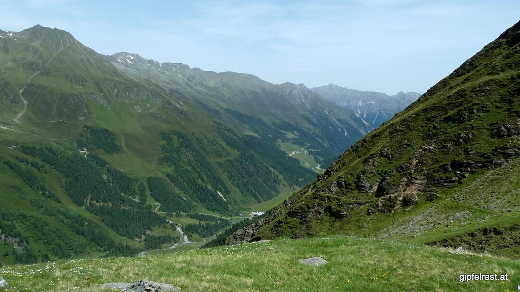 Im Tal sind schon Lüsens und Praxmar sichtbar