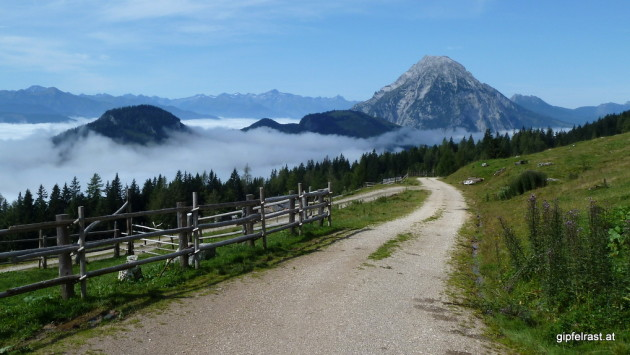 Der Grimming ragt aus dem Ennstaler Nebelmeer