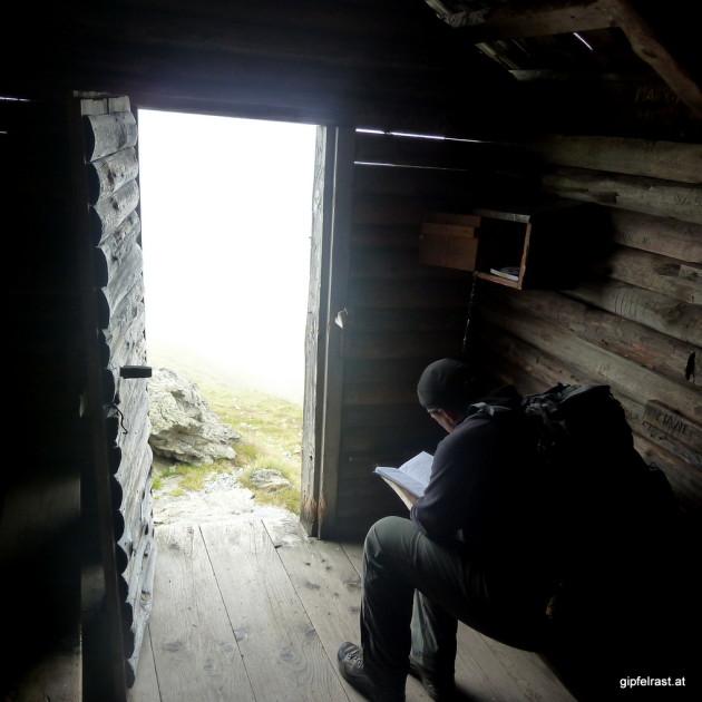 Literaturstudium in der Schutzhütte am Lattersteig
