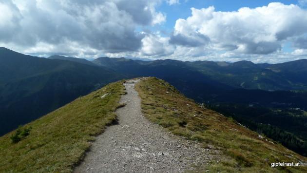 Mit dem Gipfelkreuz des Schoberriegels im Rücken geht es nun abwärts zur Turracher Höhe