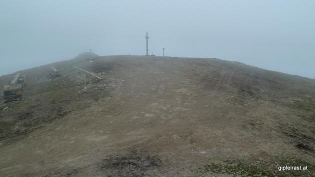 In Abwesenheit der Aussicht können wir die Naturbelassenheit des Gipfels intensiv aufsaugen