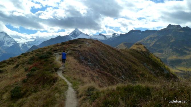 Das Kitzsteinhorn ragt über den sanften Gipfel der Schoppachhöhe