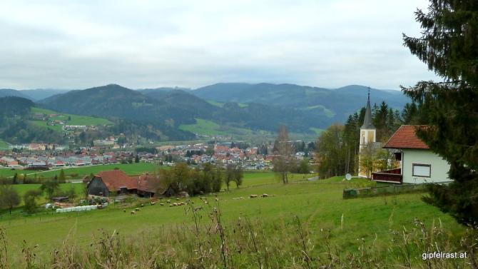 Blick auf Krieglach, rechts die Gölkkapelle