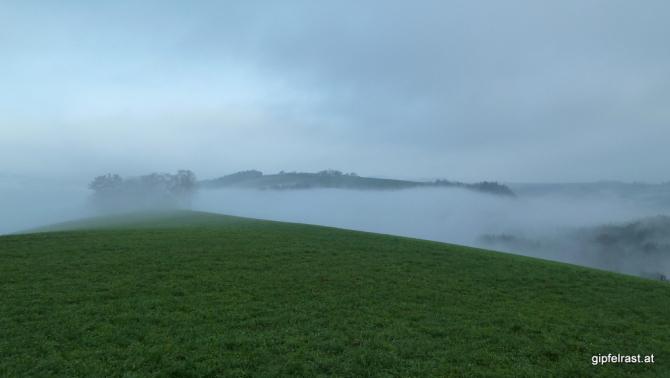 Blauer Hoffnungsschimmer während im Tal noch der Nebel hockt