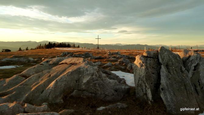 Das Gipfelkreuz im Westen des Plateaus
