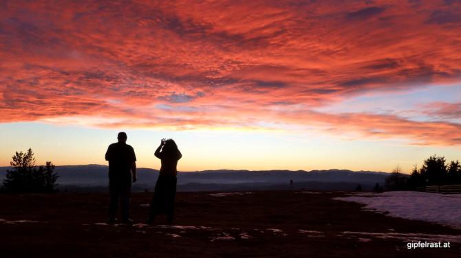 Sogar die hiesigen Wirtsleute lassen für diesen Sonnenuntergang alles liegen und stehen!