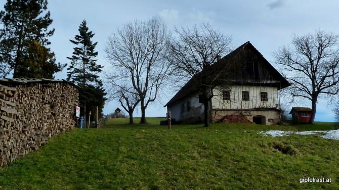 Hinauf zu einem Wegkreuz bei Schadendorfberg