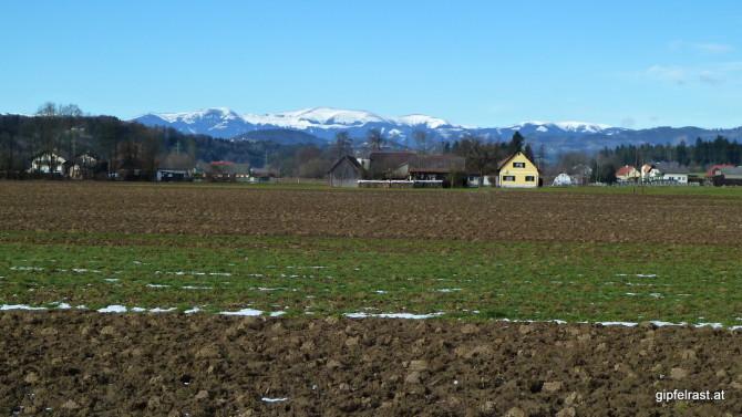 Die Gleinalpe lacht vom Horizont - wieviel Weiß der Föhn wohl überlassen wird, wenn er sich durch den Schnee gefressen hat?