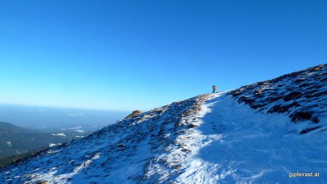 Ein schmaler eingeschneiter Weg bringt uns zu...