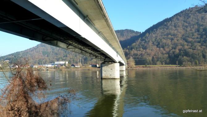 Über diese Brücke haben wir gestern im Dunkeln die Donau gequert