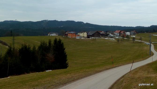 Die Ortschaft Hinterschlagen, der Turm am Horizont markiert den Göblberg (801m)