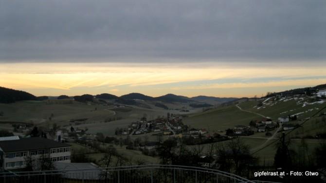 Im Morgengrauen versteckt sich das Mühlviertel noch unter einem dunklen Wolkenband