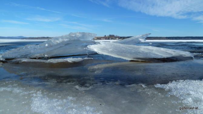 Von mächtigen Eisschollen beinahe verdeckt: das Dörfchen Dolni Vltavice am anderen Ufer