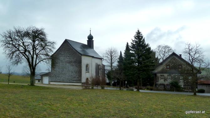Ob die Kirche in Mundorfing wohl dem Hl. Florian geweiht ist? In dem kleinen Garagenzubau ist zumindest die Feuerwehr beheimatet.