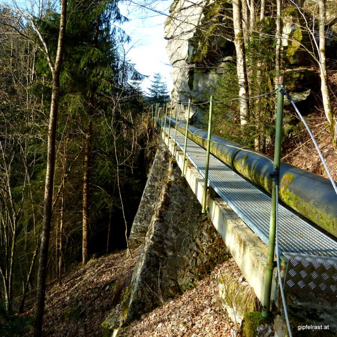 Weg entlang einer Wasserleitung über hohe Brücken...