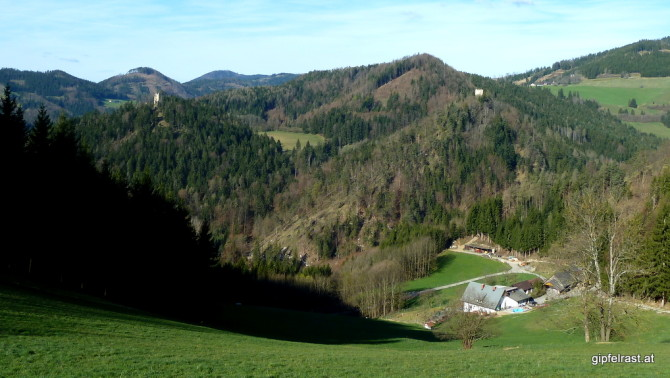 Blick hinüber zum Hungerturm und zur Ruine Waldstein