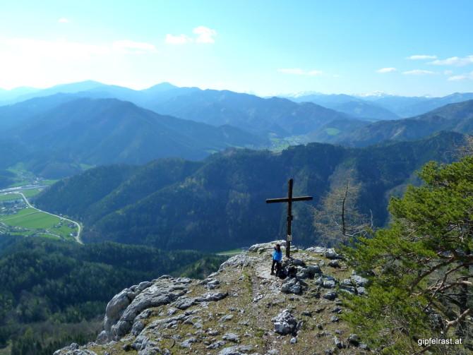 Nicht viele Gipfelkreuze lassen es sich gefallen, dass man von oben auf sie herabblickt.