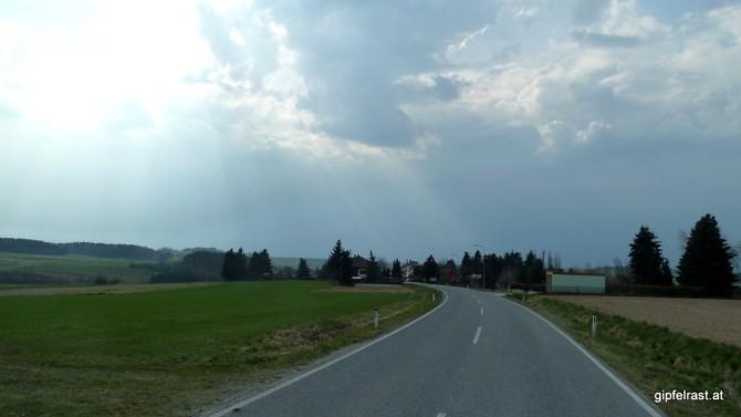 Ein Blick zurück offenbart: Böse, dunkle Wolken folgen uns!