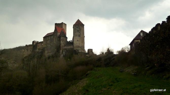 Düster blickt die Burg Hardegg auf uns herunter