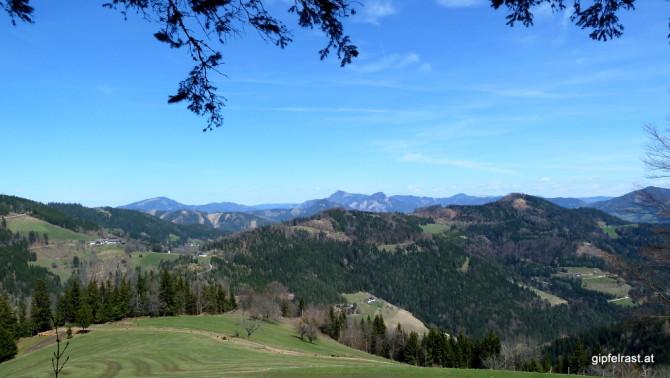 Zweite Rückschau: rechts der Haneggkogel, links Schenkenberg.