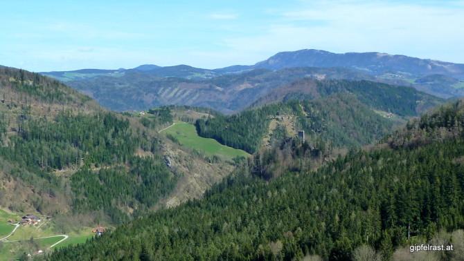 Die Ruine Waldstein. Ein heller Punkt am oberen Rand der grünen Wiese lässt das Siglkreuz erahnen.