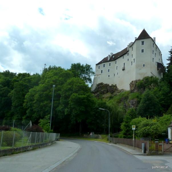 Unter der Burg Karlstein, in der Kurve rechts halten und dem Graselweg folgen!