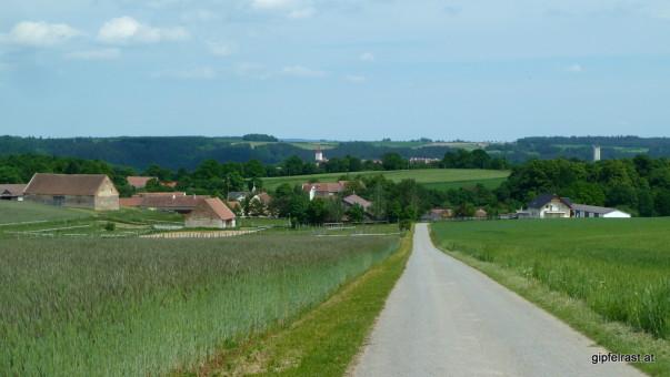 Wir halten auf Autendorf zu, dahinter ist bereits der Kirchturm von Drosendorf zu sehen.
