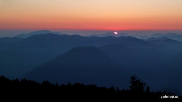Der erste Sonnenstrahl kriecht über den Horizont