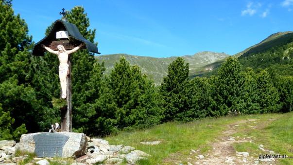 Beim Türkenkreuz. Hoch oben unser Ziel: das Zirbitzkogelhaus