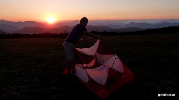 Schnell, schnell, ich hätte gerne noch ein Foto mit dem Zelt vorm Sonnenuntergang. Ob sich das ausgeht?