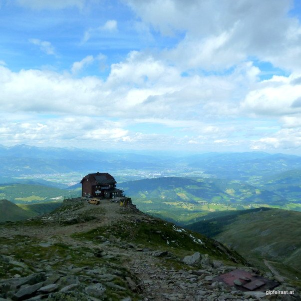 Blick vom Gipfel ins Aichfeld. Dazwischen das Zirbitzkogelhaus