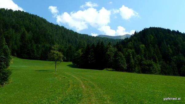 Als kleine Extramotivation zeigt sich der Gipfel schon zu Beginn der Tour.