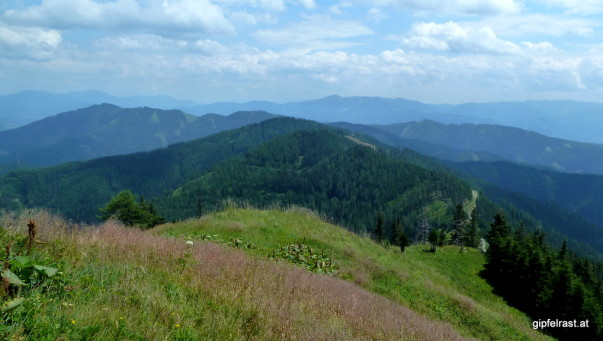 Der weitere Weg führt um diese Hügel