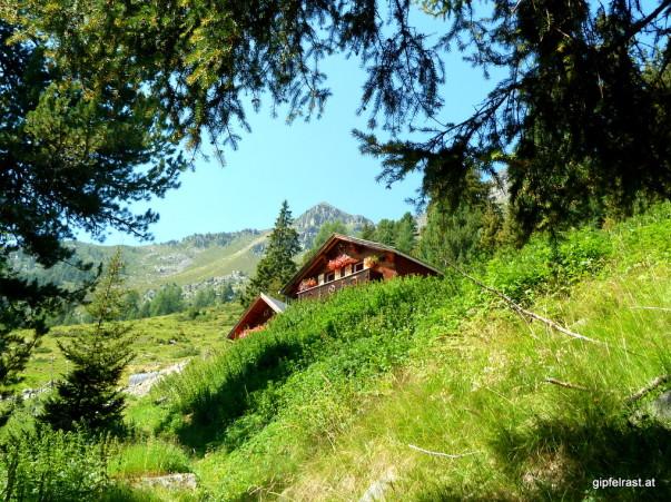 Frech steckt die Gehsteigalm ihre Giebel ins Bergpanorama