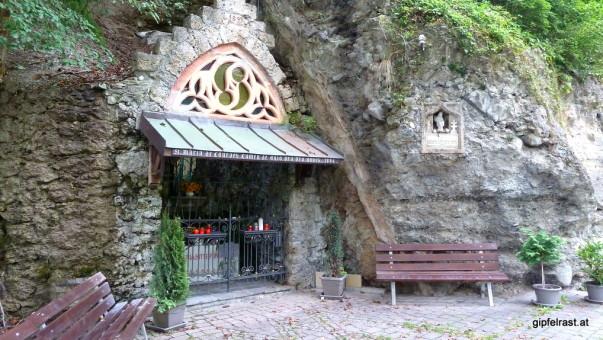 Vorbei an einer Lourdesgrotte