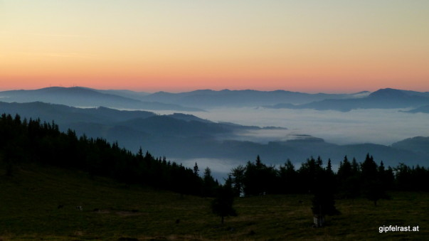 Im Tal hält sich der Nebel