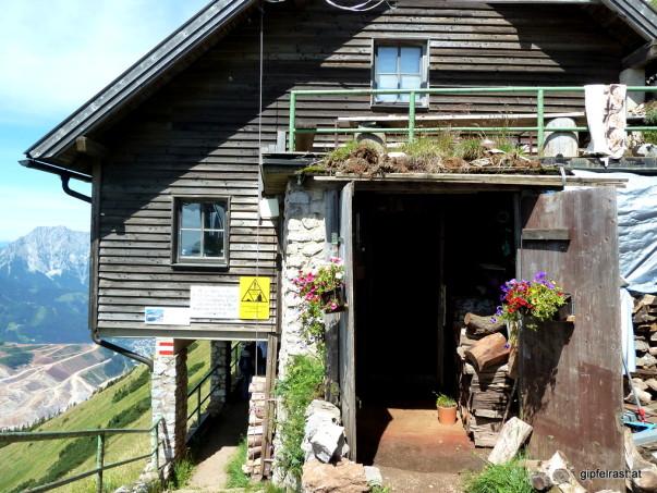 Pause! Von der Bergstation fällt man direkt in die Polsterhütte.