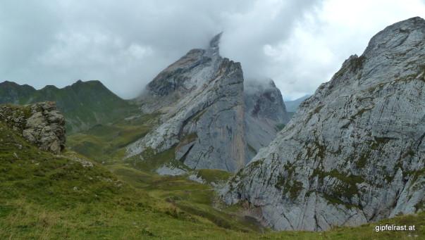 Wolken bringen die Berge in scharfe Formen
