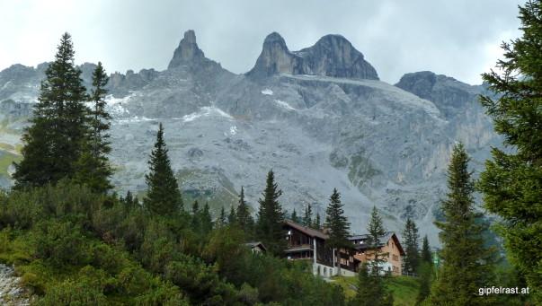 Die Lindauer Hütte geduckt unter den Drei Türmen
