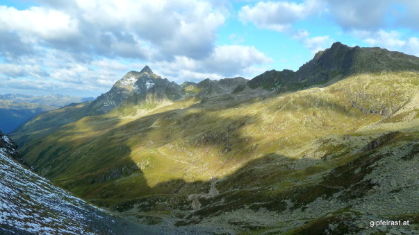 Der Weg führt links um die Madererspitze herum
