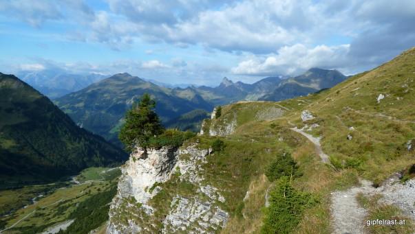 Grüne Almen am Prättigauer Höhenweg anstatt schroffer Felsen auf der Schesaplana