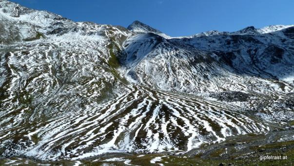 Gestreifte Berge nach der Querung der Rosanna