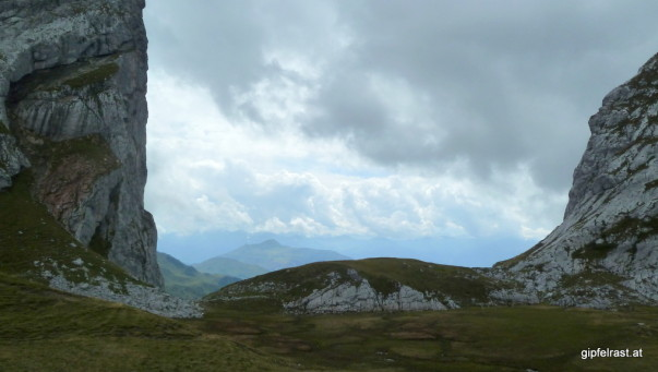 Durch das Schweizer Tor blickt man - richtig! - in die Schweiz